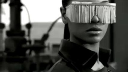 A persiana na cara ai é Ray-ban ou D&G?
